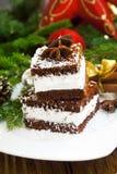 Galletas poner crema con las escamas del coco y la decoración de la Navidad Fotografía de archivo