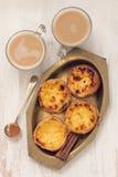 Galletas portuguesas con la taza de café con leche Fotografía de archivo