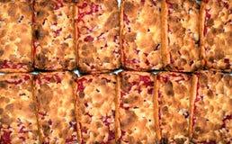 Galletas presentadas en la tabla Galletas de torta dulce con el atasco de cereza Imagen de archivo libre de regalías