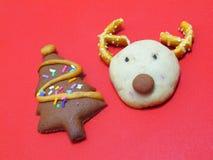 Galletas principales del chocolate de los ciervos y galletas de la baya del árbol de navidad Fotografía de archivo