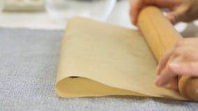 Galletas que se agrietan para cocinar la torta de la crema del queso con los arándanos almacen de metraje de vídeo