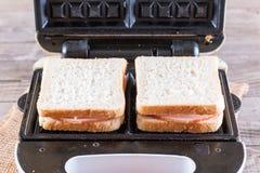 Galletas, queso y jamón en el hierro de galleta fotografía de archivo libre de regalías