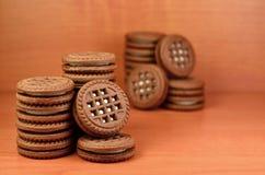 Galletas redondas del bocadillo con el relleno de la vainilla Imagen de archivo libre de regalías