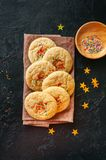 Galletas redondas del estilo americano con la torta dulce del confeti en una siesta Fotos de archivo