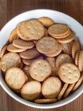 Galletas redondas saladas Imagenes de archivo