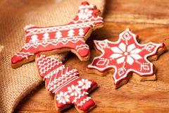 Galletas rojas hechas en casa del pan de jengibre de la Navidad Foto de archivo