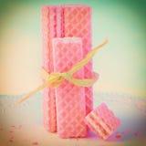 Galletas rosadas de la oblea con la rafia Imagenes de archivo