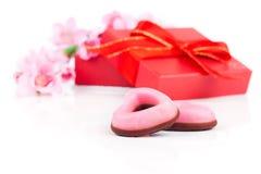 Galletas rosadas del corazón para el día de tarjetas del día de San Valentín, Imágenes de archivo libres de regalías