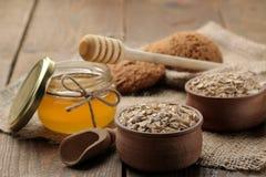 Galletas secas de la harina de avena, de la miel y de harina de avena Alimento Alimento sano En una tabla de madera marrón imagen de archivo libre de regalías