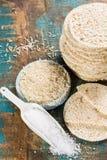 Galletas sopladas sanas de las tortas de arroz apiladas con la sal del mar Foto de archivo