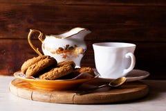 Galletas, té, fondo de madera rústico Imágenes de archivo libres de regalías