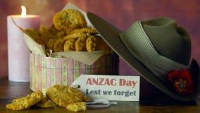 Galletas tradicionales de ANZAC en el vintage que fija con el sombrero de vago australiano del ejército almacen de video