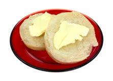 Galletas untadas con mantequilla en la placa roja imagen de archivo libre de regalías
