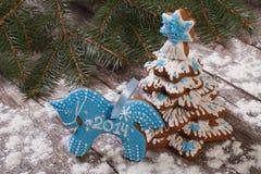 Galletas y árbol de navidad azules del caballo Fotografía de archivo