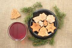Galletas y bebida de la Navidad en un fondo de lino Imágenes de archivo libres de regalías