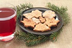 Galletas y bebida de la Navidad en un fondo de lino Fotografía de archivo libre de regalías