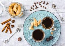 Galletas y café de almendra Imagenes de archivo