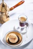 Galletas y café de almendras Fotos de archivo libres de regalías