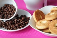 Galletas y café del grano Fotografía de archivo libre de regalías