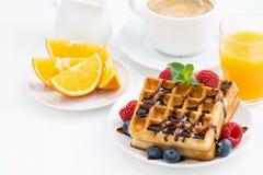 Galletas y café express tradicionales del dulce en la tabla blanca Fotografía de archivo libre de regalías