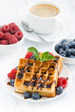 Galletas y café express tradicionales del dulce en la tabla blanca, primer Foto de archivo libre de regalías