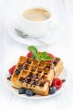 Galletas y café express tradicionales del dulce en la tabla blanca, vertical Imagenes de archivo
