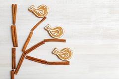 Galletas y canela del pan de jengibre en la tabla de madera blanca Fotos de archivo libres de regalías