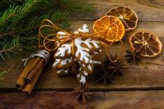 Galletas y cinamomo de la Navidad Imagenes de archivo