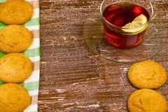 Galletas y con un limón Imagenes de archivo