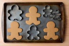Galletas y cortadores del hombre de pan de jengibre Fotos de archivo