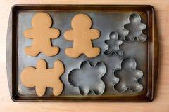 Galletas y cortadores del pan de jengibre Fotografía de archivo libre de regalías