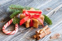 Galletas y decoración de la Navidad Fotografía de archivo libre de regalías