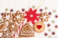 Galletas y decoración hechas en casa del pan de jengibre de la Navidad Fotografía de archivo