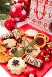 Galletas y decoraciones de la Navidad Fotografía de archivo