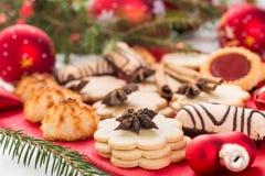 Galletas y decoraciones de la Navidad Fotos de archivo libres de regalías