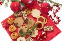 Galletas y decoraciones de la Navidad Fotografía de archivo libre de regalías