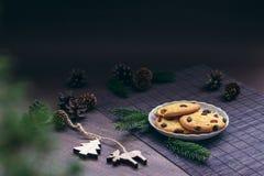 Galletas y decoraciones de la Navidad Imagen de archivo libre de regalías
