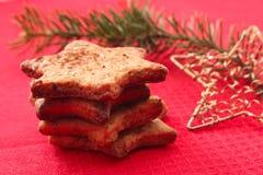 Galletas y decoraciones de la Navidad en fondo rojo Fotos de archivo