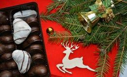 Galletas y decoraciones de la Navidad en un fondo rojo Imágenes de archivo libres de regalías