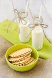 Galletas y dos botellas de leche Fotos de archivo libres de regalías