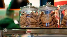 Galletas y dulces en el contador de un café en el centro de una ciudad alemana foto de archivo