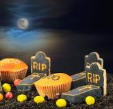 Galletas y dulces para el día de fiesta un feliz Halloween Foto de archivo