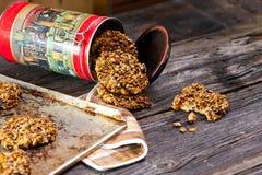 Galletas y envase de harina de avena Imagen de archivo libre de regalías