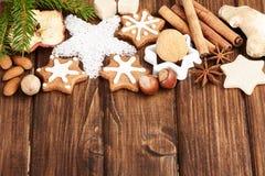 Galletas y especia hechas en casa de la Navidad Foto de archivo