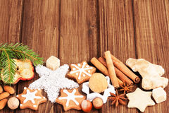 Galletas y especia hechas en casa de la Navidad Imagenes de archivo