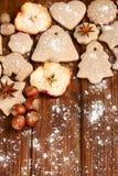 Galletas y especia hechas en casa de la Navidad Fotografía de archivo libre de regalías