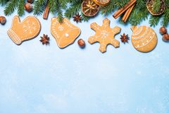 Galletas y especias del pan de jengibre de la Navidad en azul Fotos de archivo