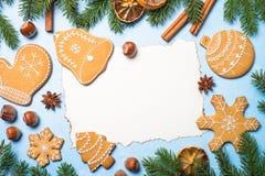 Galletas y especias del pan de jengibre de la Navidad en azul Fotografía de archivo