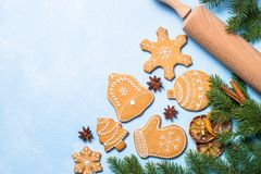 Galletas y especias del pan de jengibre de la Navidad en azul Imagenes de archivo