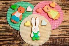 Galletas y galleta coloridas en la madera Imagenes de archivo